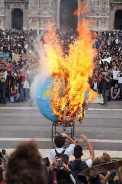 In Milan brennt der Globus. (EPA/NICOLA MARFISI)