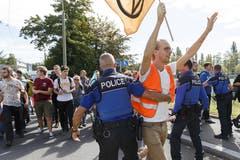 Die Polizei musste teils eingreifen. (KEYSTONE/Cyril Zingaro, Lausanne)