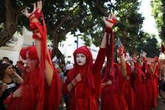 Auch die Rote Brigade protestiert in Israel. (EPA/ABIR SULTAN)