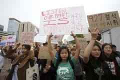 Studenten marschieren zur Residenz des Staatspräsidenten von Südkorea. (AP Photo/Ahn Young-joon)