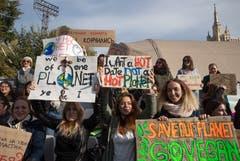 Greenpeace-Aktivisten in Moskau. (EPA/SERGEI ILNITSKY)