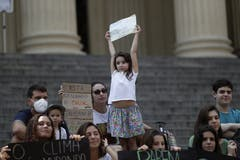 Ein Kind streckt das Plakat hoch. Streik in Rio de Janeiro, Brasilien (AP Photo/Silvia Izquierdo)