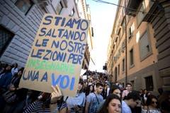 «Wir schwänzen unseren Unterricht, um euch eine Lektion zu erteilen», heisst es auf dem Poster. (Massimo Percossi/ANSA via AP)