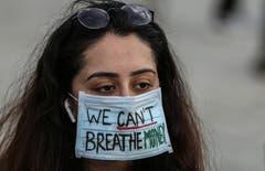 «Geld kann man nicht atmen» mahnt dieser Mundschutz einer Demonstrantin in Mumbai, Indien. (Bild: EPA/Divyakant Solanki)