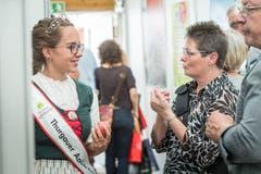 Apfelkönigin Melanie Maurer verteilt am Stand der Thurgauer Zeitung frische Äpfel. Am Wega-Samstag wird ihre Nachfolgerin gewählt. (Bild: Andrea Stalder)