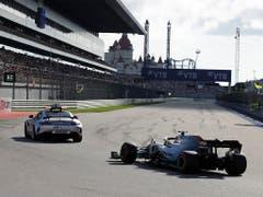 Der Safety Car ermöglichte Hamilton die Führung und damit seinen 82. GP-Sieg (Bild: KEYSTONE/AP/LUCA BRUNO)
