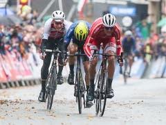 Küng (links) setzt sich 67 km vor dem Ziel an die Spitze des Rennens und muss sich im Schlusssprint einer Dreiergruppe dem Dänen Mads Pedersen und dem Italiener Matteo Trentin geschlagen geben (Bild: KEYSTONE/EPA/NIGEL RODDIS)