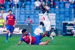 Omar Alderete (Basel) gegen Ibrahima Ndiaye (Luzern) (Bild: Martin Meienberger/freshfocus)