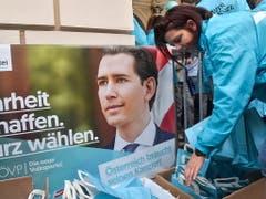 Gute Chancen für Ex-Kanzler Sebastian Kurz: Die Österreicher wählen am heutigen Sonntag nach dem skandalbedingten Ende der Koalition von konservativer ÖVP und rechter FPÖ ein neues Parlament. (Bild: KEYSTONE/EPA/GEORGI LICOVSKI)