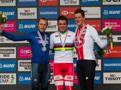 Stefan Küng (rechts9 bei der Siegerehrung neben dem neuen Weltmeister Mads Pedersen und dem Silbermedaillengewinner Matteo Trentin aus Italien (Bild: KEYSTONE/EPA/VICKIE FLORES)