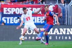 Pascal Schuerpf (Luzern) gegen Silvan Widmer (Basel). (Bild: Martin Meienberger/freshfocus)