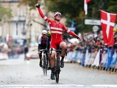 Mit Mads Pedersen setzte kürte sich ein Aussenseiter zum Weltmeister. Der 23-Jährige hat bisher noch kein einziges Rennen auf der World Tour gewonnen. Er düpierte in einem von Regen, Wind und Kälte geprägten Tag sämtliche Favoriten (Bild: KEYSTONE/EPA/NIGEL RODDIS)