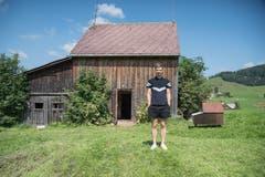 Hinten der Schopf, rechts der Bienenstock, vorne der Klangkünstler: Ludwig Berger lässt einem in seiner Installation in Schopf Nummer 6 ins den Bienenstock hineinhören. (Bild: Lisa Jenny - 28. August 2019)