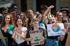 15. Dezember 2018: Der erste Klimastreik in der Schweiz. 400 bis 500 Schülerinnen und Schüler aus Zürcher Gymnasien folgen dem Aufruf der 15-jährigen Umweltaktivistin Greta Thunberg und führen den ersten Schweizer Klimastreik durch. Ihre Forderungen richteten sie an die Regierung, die den Klimanotstand ausrufen soll. Die Klimafrage wird die Wahlen im Oktober entscheidend prägen. (Bild: Keystone)
