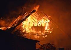 Das Feuer breitete sich, begünstigt durch den heftigen Wind, schnell auf das ganze Gebäude aus. (Bild: Luzerner Polizei, Rothenburg, 29. September 2019)