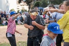 Mit Bier und Wasser wird gefeiert. (Bild: Eveline Beerkircher, Menznau, 29.9.2019)