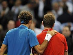 2011: Halbfinal Basel: Federer s. Wawrinka 7:6 (7:5), 6:2«Lass dich nicht entmutigen, mein Freund.» Das oder zumindest etwas in diesem Sinne sagt Federer zu Wawrinka nach dem Halbfinal in seiner Heimatstadt Basel. Der «Maestro» führt mittlerweile mit 10:1 im Direktvergleich. Im darauffolgenden Final bezwingt er Kei Nishikori. (Bild: Keystone)