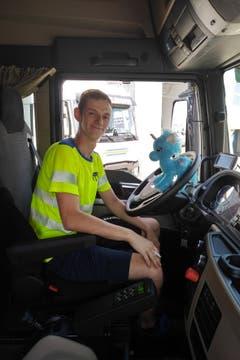 Lukas Ammann mit seinem täglichen Begleiter: dem blauen Plüscheinhorn. (Bild: Janine Bollhalder)