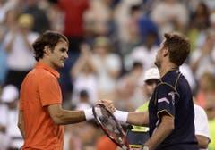 2013: Achtelfinal Indian Wells: Federer s. Wawrinka 6:3, 6:7 (4:7), 7:5Neues Jahr, altes Bild. Wawrinka gratuliert Federer zu dessen 13. Sieg im 14. Duell. In 2 Stunden und 20 Minuten unterliegt der Lausanner dem Basler nur knapp. Federer scheitert eine Runde später an Rafael Nadal. (Bild: Keystone)