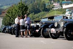 Die historischen Fahrzeuge in Reih und Glied.