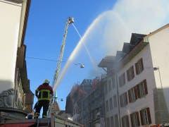 Zur Bekämpfung des Brandes in der Aarauer Altstadt wurden auch Feuerwehren aus benachbarten Gemeinden zugezogen. (Bild: Handout Kantonspolizei Aargau)
