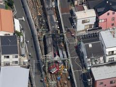 Zugunglück in Japan: Nach der Kollision mit einem LKW auf einem Bahnübergang entgleiste der erste Waggon und der Zug geriet in Brand. (Bild: KEYSTONE/AP Kyodo News/KENZABURO FUKUHARA)