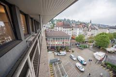 Blick vom obersten Stockwerk des Hauses Union auf den Blumenmarkt. (Bild: Urs Bucher - 21. August 2019)