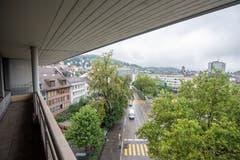 Auf der anderen Seite des Gebäudes: Blick den Oberen Graben hinauf und übers Grabenpärklein... (Bild: Urs Bucher - 21. August 2019)