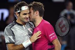 2017: Halbfinal Australian Open: Federer s. Wawrinka 7:5, 6:3, 1:6, 4:6, 6:3Was für ein Spiel! Bei Federers Mega-Comeback in Down Under liefern sich die beiden Schweizer einen weiteren epischen, diesmal dreistündigen, Kampf. Am Ende behält der «Maestro» die Oberhand und nimmt die verdienten Gratulationen Wawrinkas entgegen. Den darauffolgenden Final gewinnt er gegen Nadal, ebenfalls in fünf Sätzen. (Bild: Keystone)