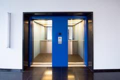 Das markante Farbkonzept im Haus geht auf eine Rundumerneuerung von 1995 zurück. Im Bild der Lift. (Bild: Urs Bucher - 21. August 2019)