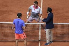 2015: Viertelfinal French Open: Wawrinka s. Federer 6:4, 6:3, 7:6 (7:4)Auf den Tag genau zwei Wochen nach der vernichtenden Niederlage von Rom ist Stan Wawrinka eindrücklich auferstanden. Auf dem Weg zu seinem zweiten Grand-Slam-Titel kann ihn auch Roger Federer nicht stoppen. Dabei fällt Wawrinka nicht nur durch sein beeindruckendes Spiel, sondern auch durch seine Kleidung auf. Seine «Badehose» hat mittlerweile Kultstatus und er trägt sie als Schlüsselanhänger an seiner Tasche. (Bild: Keystone)