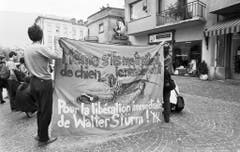Bei einer Solidaritätskundgebung für den inhaftierten Stürm im August 1992 in Sion, Schweiz, wird auf Transparenten dessen Freilassung gefordert. (Bild: Keystone)
