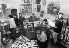 Die Besetzer des kantonalen SP-Sekretariats in Zürich vom 30 Mai 1987, maskieren sich für den Fotografen mit Walter Stürm Gesichtern. Das Bild wurde der Presse am Freitag von der «Aktion gegen Isolation drinnen und draussen» abgegeben. Walter Stürm befand sich zu diesem Zeitpunkt seit 11 Wochen im Hungerstreik. (Bild: Keystone)