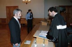 Walter Stürm steht im Februar 1995 vor dem jurassischen Kantonsgericht in Pruntrut, Schweiz und berät sich mit seinem Anwalt. (Bild: Keystone)
