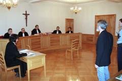 Walter Stürm steht im Februar 1995 vor dem jurassischen Kantonsgericht in Pruntrut, Schweiz. In erster Instanz wurde er hier zu drei Jahren Gefängnis verurteilt. (Bild: Keystone)