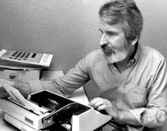 Walter Stürm sitzt lesend auf seiner Zellenpritsche im Untersuchungsgefängnis in Brig, aufgenommen am 27. März 1993. (Bild: Keystone)