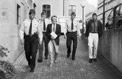 Walter Stürm wird am 30. Mai 1994 von Sicherheitskräften ins Gerichtgebäude von Sion zum Prozess geführt. (Bild: Keystone)