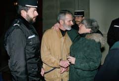 Walter Stürm steht am 20. Dezember 1995 vor dem Appellationsgericht in Colmar, Frankreich. Umgeben von Sicherheitskräften wird er von seiner Schweizer Rechtsanwältin Barbara Hug begrüsst. (Bild: Keystone)