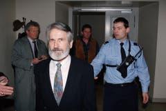 Walter Stürm steht im Februar 1995 vor dem jurassischen Kantonsgericht in Pruntrut, Schweiz. Das Sicherheitsdispositiv rund um den «Ausbrecherkönig» ist gross. (Bild: Keystone)