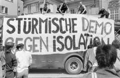 Gegen 500 Personen haben am 30. Mai 1987 in Zürich an einer Solidaritätskundgebung für den in der Strafanstalt Regensdorf inhaftierten Walter Stürm teilgenommen und die Abschaffung der Einzelhaft gefordert. (Bild: Keystone)
