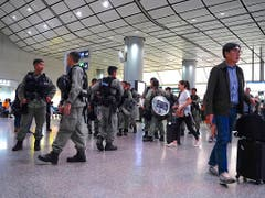 Hunderte Bereitschaftspolizisten patrouillierten am Samstag am Hongkonger Flughafen. (Bild: KEYSTONE/AP/VINCENT YU)