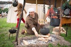 Kochen im Topf über offenem Feuer: Im Heerlager leben die Schausteller wie anno dazumal. (Bild: Ralph Ribi)