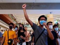 Statt am Flughafen versammelten sich Demonstranten am Samstag in Einkaufszentren und an U-Bahn-Stationen in der Hongkonger Innenstadt. (Bild: KEYSTONE/AP/VINCENT YU)
