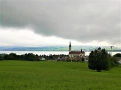 Mystische Morgenstimmung über der Kirche Nottwil am Sempachersee. (Leserbild: Urs Gutfleisch, 6. September 2019)