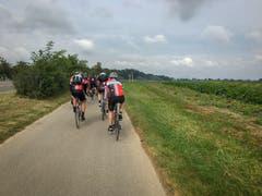 Kilometer 100: Die Fahrerinnen und Fahrer sind frohen Mutes. (Bild: Raphael Rohner)