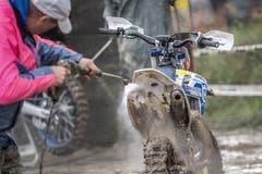Auch das gehört zum Anlass dazu: Das Motorrad nach dem Rennen vom Schmutz zu reinigen. (Bild: Pius Amrein, Malters, 8. September 2019)