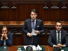 Italiens Premierminister Giuseppe Conte (Mitte), Innenministerin Luciana Lamorgese (l.) und Aussenminister Luigi Di Maio. (Bild: KEYSTONE/EPA ANSA/ALESSANDRO DI MEO)