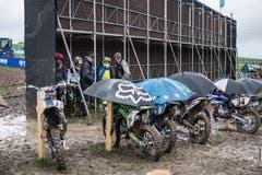 Die Motorräder wurden mit Schirmen vom Regen geschützt. (Bild: Pius Amrein, Malters, 8. September 2019)