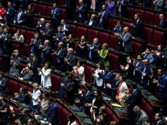 Nach einer ganztägigen Sitzung stimmten am Montagabend in Rom 343 Parlamentarier mit Ja, 263 mit Nein, und 3 enthielten sich der Stimme. (Bild: KEYSTONE/EPA ANSA/ANGELO CARCONI)