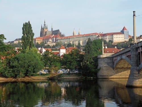 Blick von der Moldau Richtung Prager Kleinseite, darüber auf dem Hradschin die Burg, mit dem Sitz des Staatspräsidenten, und der Veitsdom, Krönungsstätte böhmischer Könige.